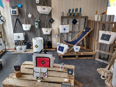 intérieur boutique pleins de sacs