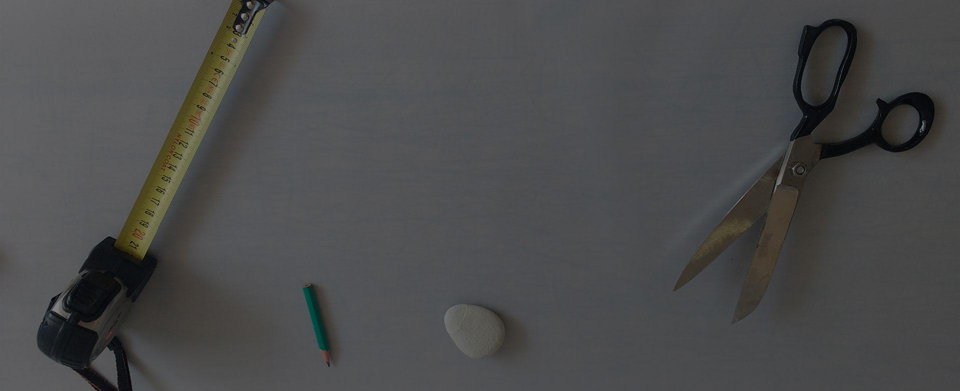 sur mesure outils mêtre ciseaux crayon