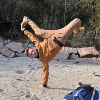 Danseur de hip hop exécutant la même figure que le visuel peronnalisé de son sac en voile de bateau